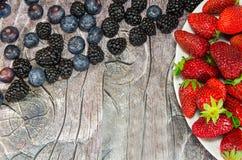 Plaat met aardbeien en andere bessen Stock Foto