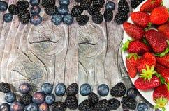 Plaat met aardbeien op hout met lege ruimte voor reclame Royalty-vrije Stock Afbeeldingen