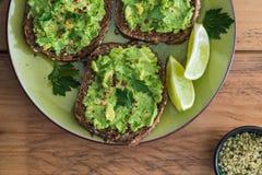 Plaat met avocado op toost royalty-vrije stock afbeelding