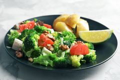Plaat met broccolisalade stock foto