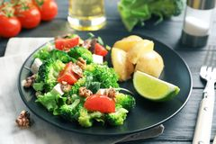 Plaat met broccolisalade stock foto's