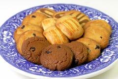 Plaat met buitensporige koekjes Stock Foto's