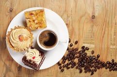 Plaat met cakes en koffie Stock Fotografie