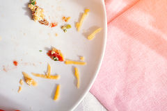 Plaat met crumbs voedsel en gebruikte vork Stock Fotografie