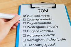 Plaat met de inschrijving TOM Technisch organisatorische Maßnahmen in Engelse technisch organisatorische maatregelen met een lij royalty-vrije stock fotografie