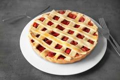 Plaat met de smakelijke pastei van de aardbeirabarber Stock Afbeelding