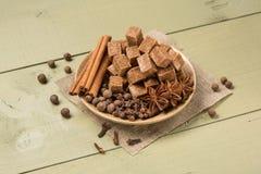 Plaat met donkere suiker en kruiden op de raad Stock Fotografie
