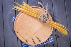 Plaat met droge macaroni royalty-vrije stock afbeelding