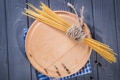 Plaat met droge macaroni royalty-vrije stock afbeeldingen