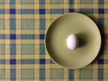 Plaat met een gekookt ei Stock Foto