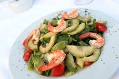 Plaat met garnalen en avocadosalade Stock Foto's