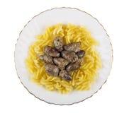 Plaat met gebraden die kippenharten en deegwaren op wit worden geïsoleerd Stock Fotografie