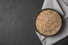 Plaat met gemengde quinoa zaden en ruimte voor tekst stock afbeeldingen