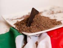 Plaat met geraspte die chocolade op Italiaanse vlag wordt gesteld royalty-vrije stock fotografie