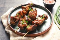 Plaat met heerlijk die vlees voor barbecuepartij wordt gediend royalty-vrije stock fotografie