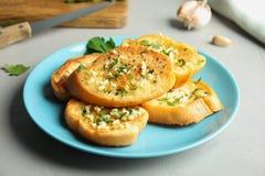 Plaat met heerlijk eigengemaakt knoflookbrood royalty-vrije stock foto's