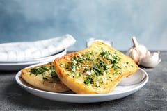 Plaat met heerlijk eigengemaakt knoflookbrood royalty-vrije stock afbeelding