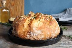 Plaat met heerlijk eigengemaakt knoflookbrood stock foto's