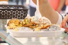 Plaat met heerlijk straatvoedsel - aardappelen in de schil met saus, paddestoelen en groenten royalty-vrije stock afbeeldingen