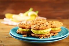 Plaat met heerlijke het koekjessandwiches van het citroenroomijs Royalty-vrije Stock Afbeelding