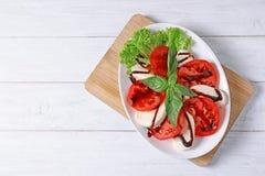 Plaat met heerlijke verse salade op lijst Royalty-vrije Stock Afbeeldingen