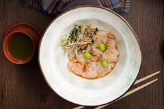 Plaat met kammosselen en noten in een Aziatisch restaurant stock fotografie