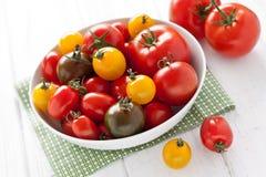 Plaat met kleurrijke tomaten Stock Afbeelding