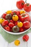 Plaat met kleurrijke tomaten Stock Foto's