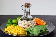 Plaat met kool, wortelen, graan en spinazie Het gezonde Eten stock afbeeldingen