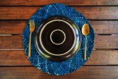 Plaat met lepel en vork op de houten achtergrond Stock Fotografie