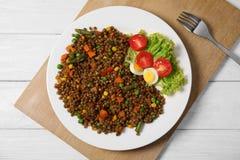 Plaat met linzehavermoutpap en verse groenten stock fotografie