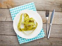 Plaat met maatregelenband, mes en vork Het voedsel van het dieet Royalty-vrije Stock Foto's