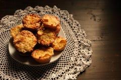 Plaat met mooie muffins op een donkere achtergrond Royalty-vrije Stock Foto's