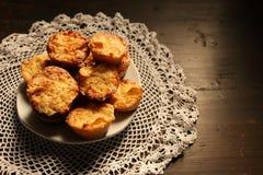 Plaat met mooie muffins op een donkere achtergrond Stock Fotografie