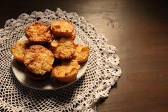 Plaat met mooie muffins op een donkere achtergrond Stock Afbeelding