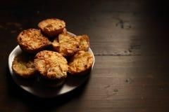 Plaat met mooie muffins op een donkere achtergrond Royalty-vrije Stock Afbeeldingen