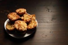 Plaat met mooie muffins op een donkere achtergrond Stock Afbeeldingen
