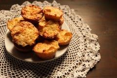 Plaat met mooie muffins op een donkere achtergrond Royalty-vrije Stock Fotografie