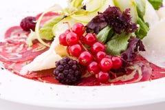 Plaat met rode bes, vlees, groene salade Royalty-vrije Stock Afbeelding