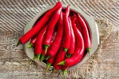 Plaat met rode Spaanse peperpeper Stock Foto's