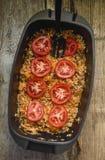 Plaat met rode verse tomaten over rundvlees en kool Stock Afbeeldingen