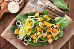 Plaat met salade met spinazie en sinaasappel Royalty-vrije Stock Afbeeldingen