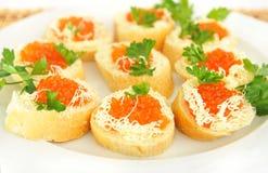 Plaat met sandwiches met rode heerlijke kaviaar. Royalty-vrije Stock Foto