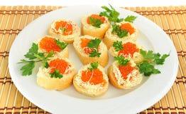 Plaat met sandwiches met rode kaviaar. Stock Fotografie
