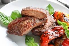 Plaat met smakelijke geroosterde lapjes vlees en groenten Stock Foto