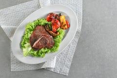 Plaat met smakelijke geroosterde lapjes vlees en groenten Stock Afbeeldingen