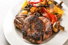 Plaat met smakelijke geroosterde lapjes vlees en groenten, Royalty-vrije Stock Afbeelding