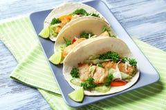Plaat met smakelijke vissentaco's Stock Foto