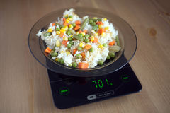 Plaat met stijging en groenten op de close-up van keukenschalen Royalty-vrije Stock Fotografie