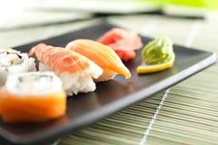 Plaat met sushi, die op wit worden geïsoleerd Stock Fotografie
